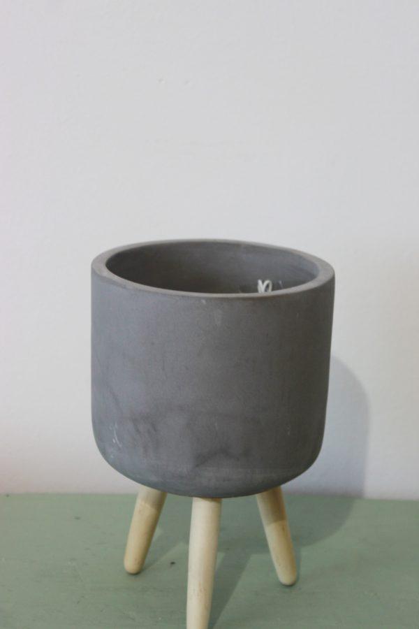 Macetero cemento y patas de madera