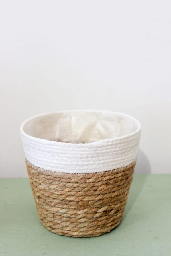 cesta de mimbre blanca